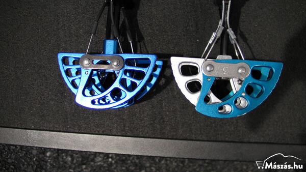 A Black Diamond Camalot Ultralights friend látható bal oldalt és a Camalot jobb oldalt